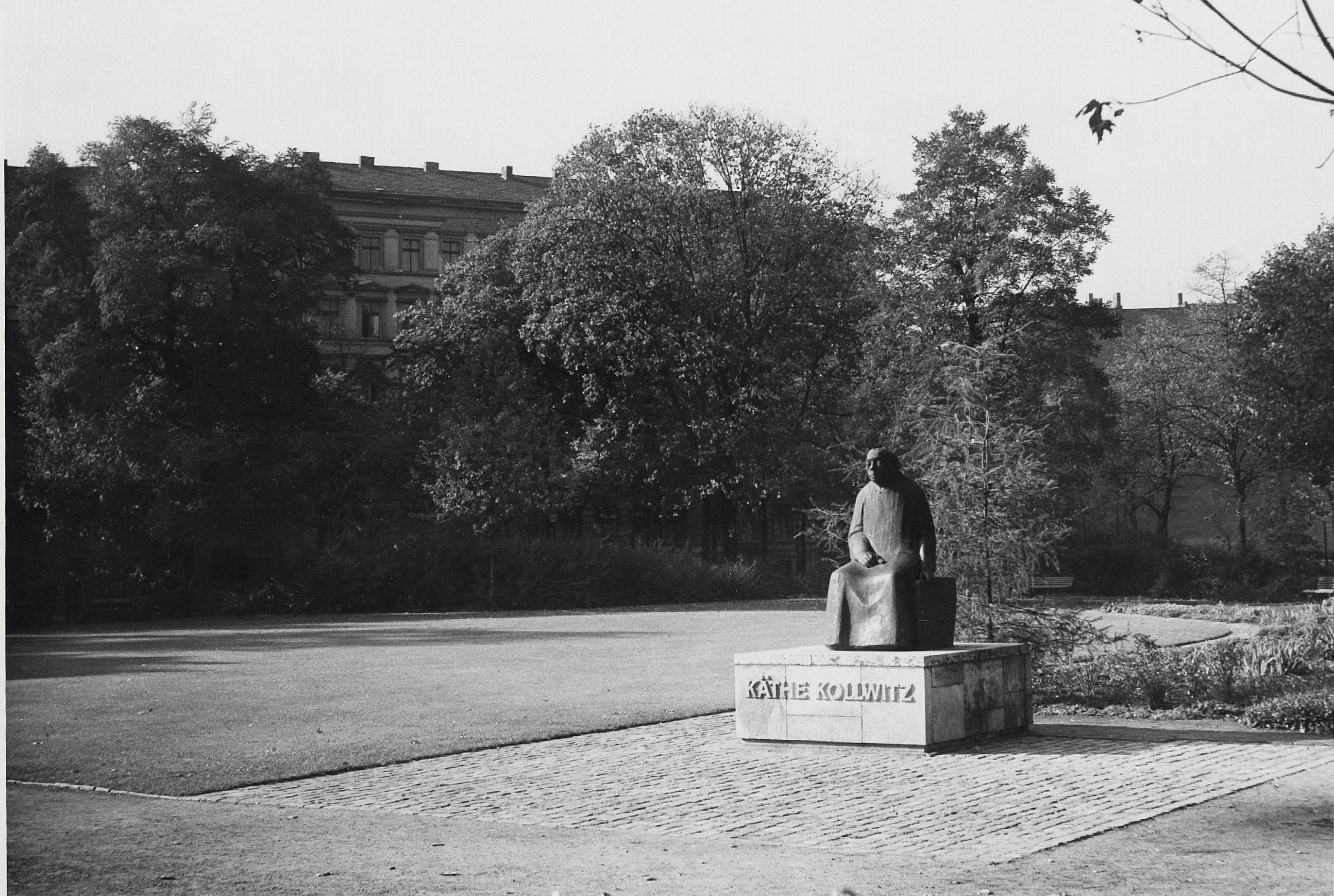 Das Kollwitzdenkmal wurde 1961 eingeweiht - die Plakette am Sockel ist falsch. (Archivfoto Gustav Seitz Stiftung, Hamburg)