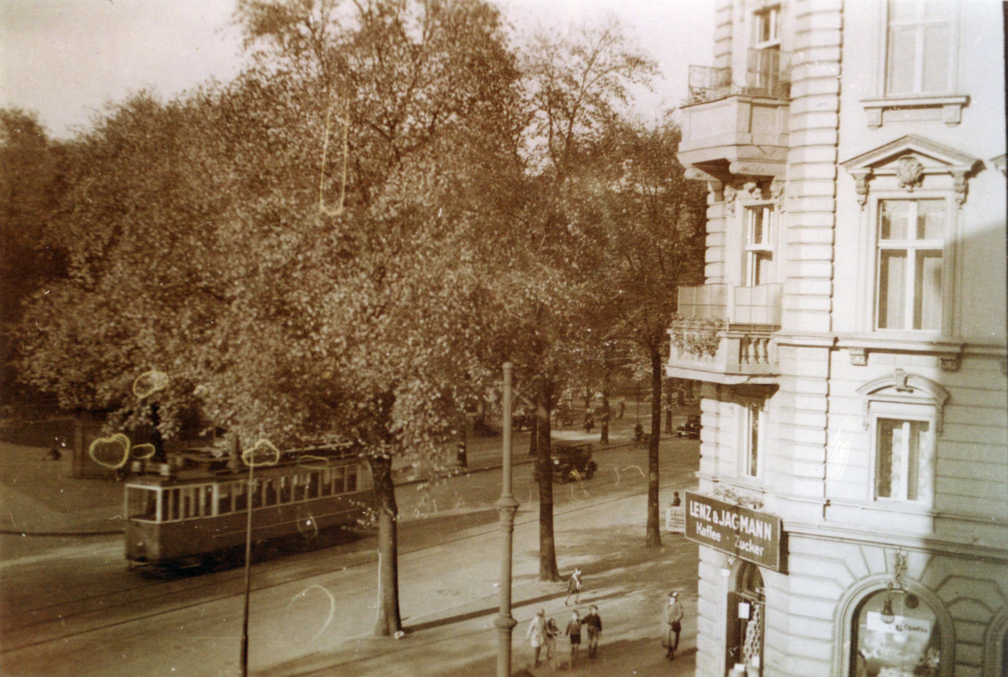 Wohnhaus der Familie Kollwitz, dahinter die Kollwitzstraße mit Straßenbahn. (Bildarchiv Museum Pankow)