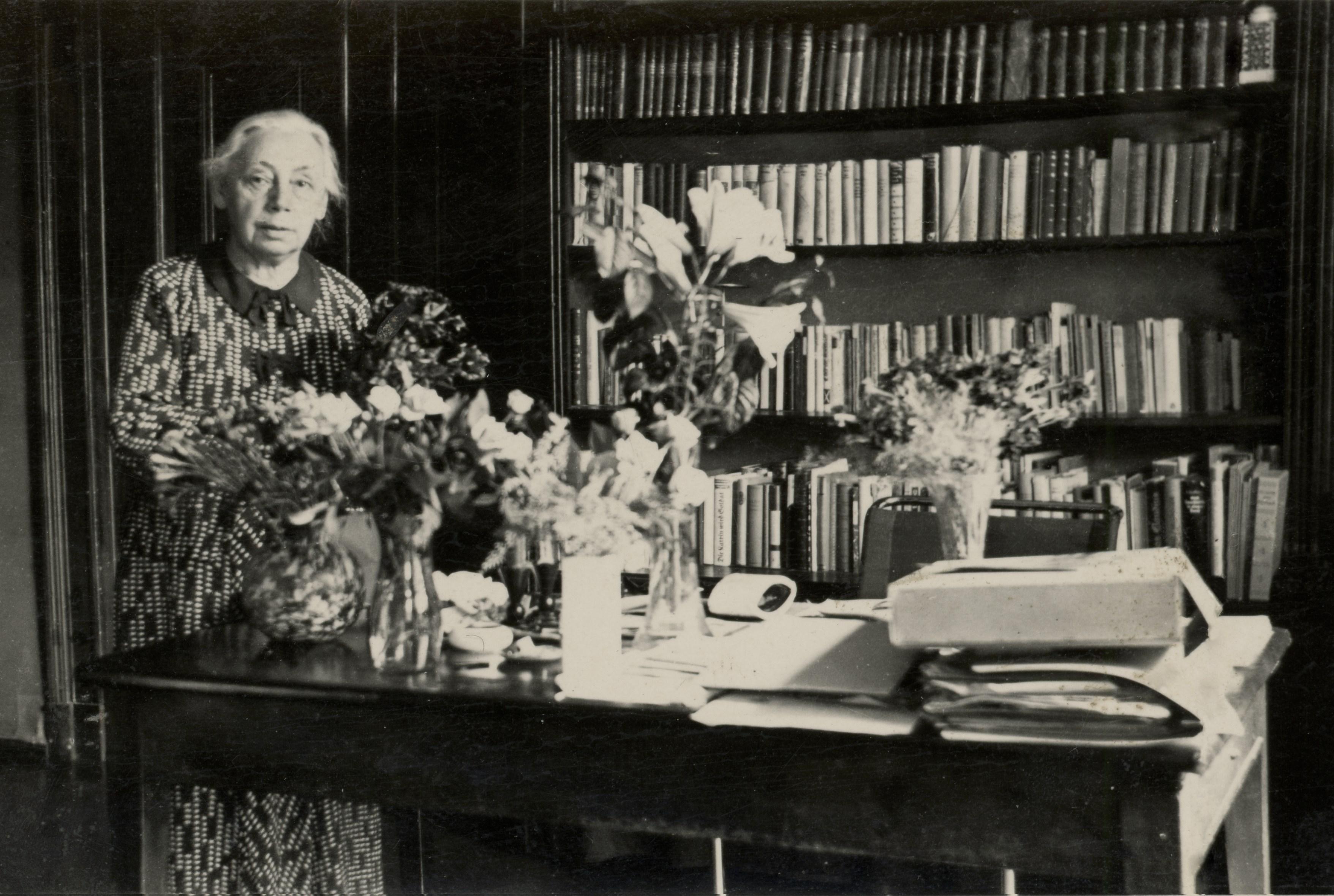 Kollwitz 1937 in ihrem Wohnzimmer (Käthe Kollwitz Museum Köln)
