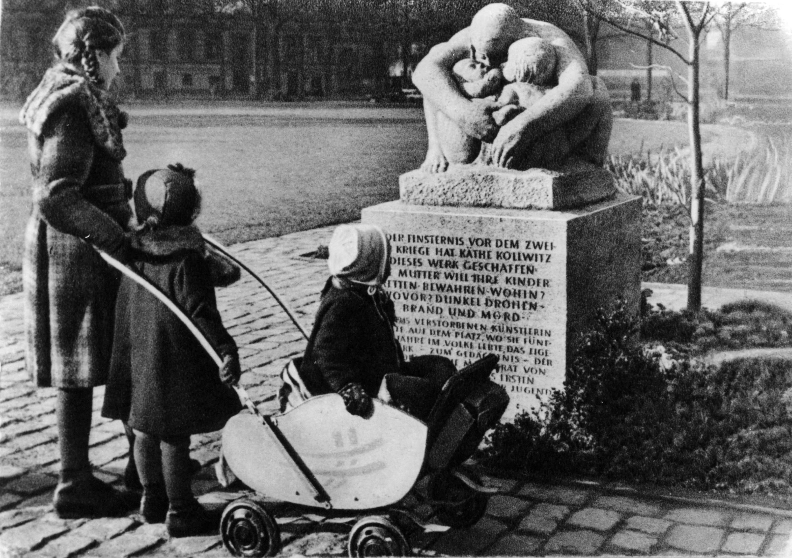 Diese Skulptur stand bis in die 90er Jahre an der Stelle des ehemaligen Kollwitz'schen Wohnhauses. (Bildarchiv Museum Pankow)