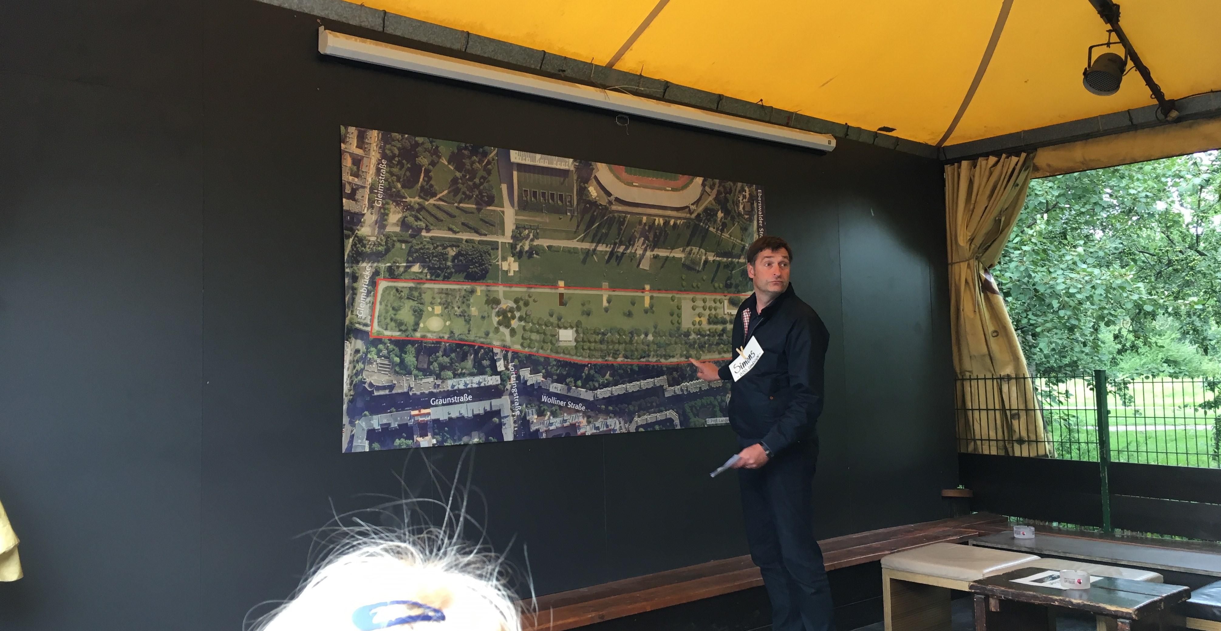 Architekt Paul Simons erklärt den Anwesenden die Visualisierung im Mauersegler-Garten (Foto: Constanze Nauhaus)