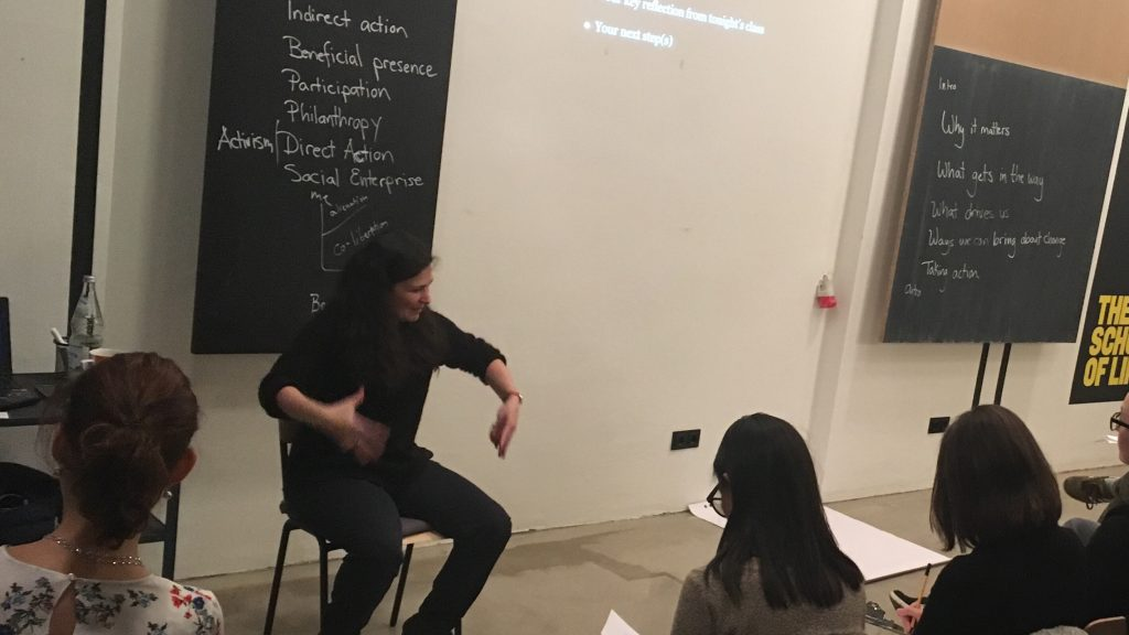 Belina Raffy erklärt ihren Schülern, wie sie die Welt ein bisschen verändern können (Foto: Constanze Nauhaus)