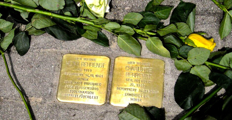 Zu diesen beiden 2015 vor der Mendelssohnstraße 3 verlegten Gedenksteinen kommen am DIenstag weitere sechs hinzu. (Foto: PBN)