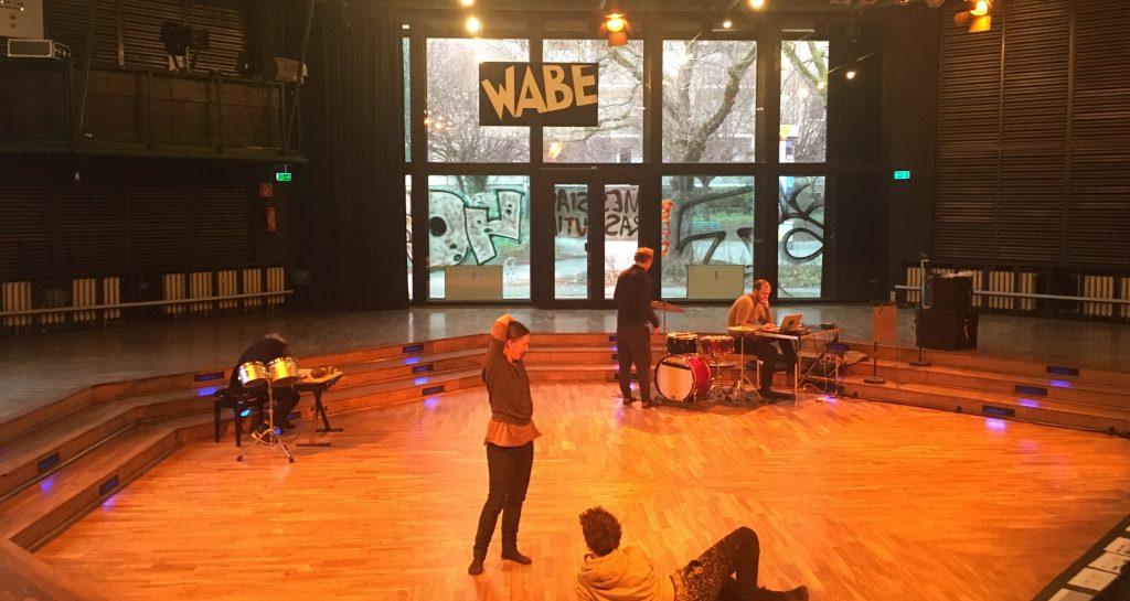Der sehr spezielle Spielsaal der WABE schreit geradezu nach Performances (Foto: Constanze Nauhaus)