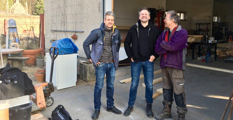 Hart an der Bezirksgrenze arbeiten Konrad Braun, Ludger Lemper und Stefan Sprenker (v.l.n.r.) an einer mobilen Begegnungsstätte für den Mühlenkiez (Foto: Constanze Nauhaus)