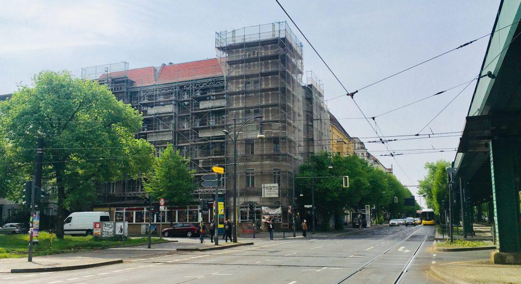 Seit zweieinhalb Jahren ist das Eckhaus Schönhauser/Wisbyer eingerüstet (Foto: Constanze Nauhaus)