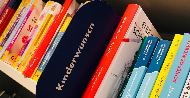 Schwangerenratgeber gibt es ohne Ende im Regal. Bücher zum Kinderwunsch nur eines. (Foto: Constanze Nauhaus)