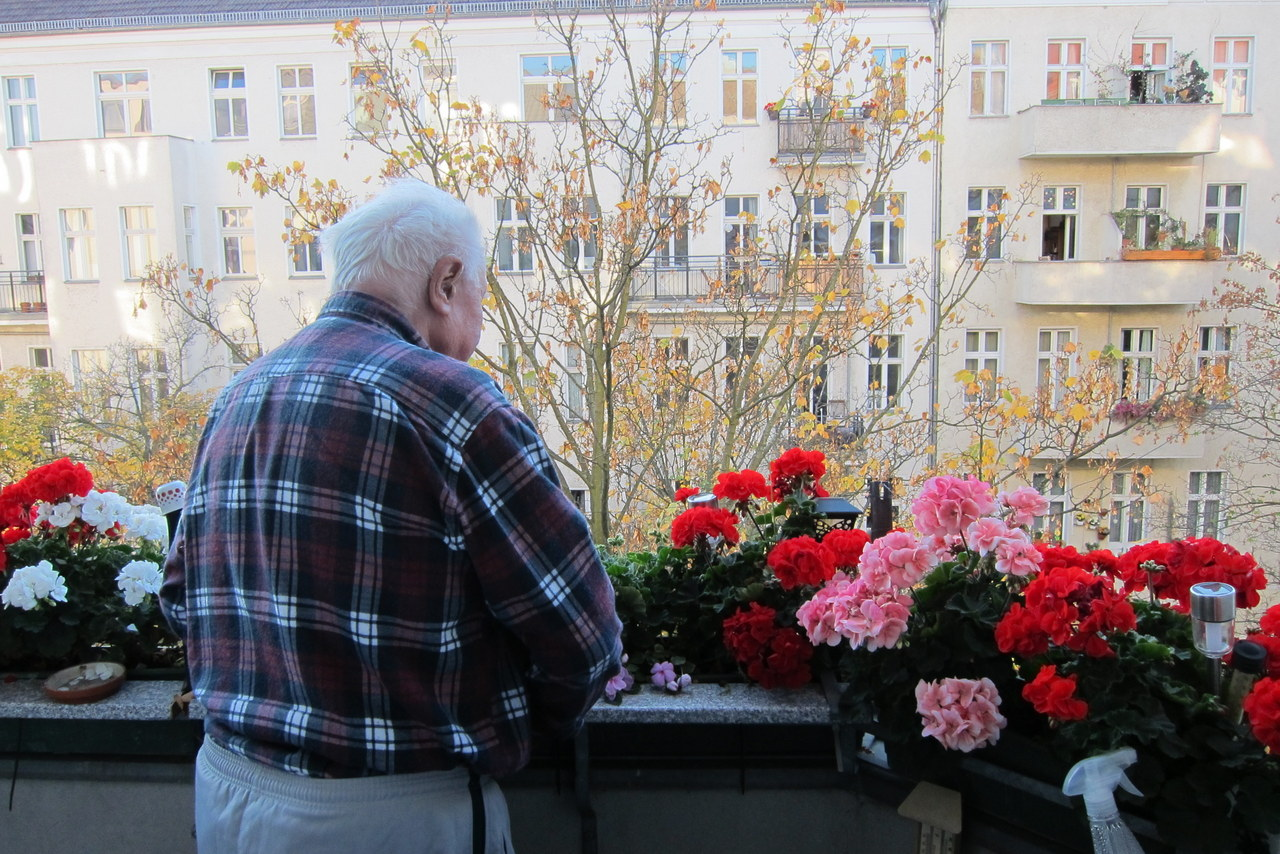 Ernst Kühn blickt von seinem Balkon