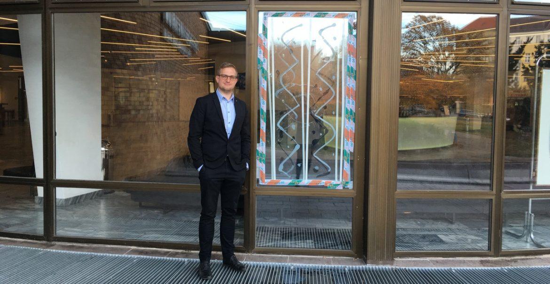 Der Leiter des Planetariums Tim Florian Horn vor einer zerstörten Scheibe des Planetariums