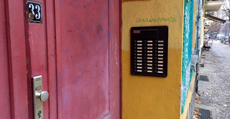 Auch wenn fast alle Klingeln beschriftet sind: In der Raumerstraße 33 sind nur 4 Menschen gemeldet.