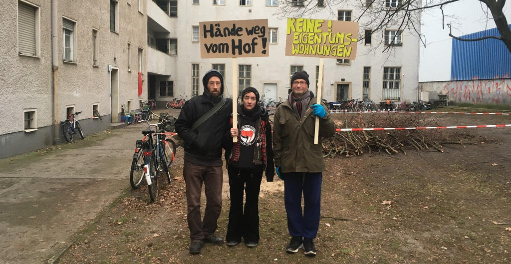 Mieter der Topsstraße im Innenhof mit Transparenten / Deutsche Wohnen