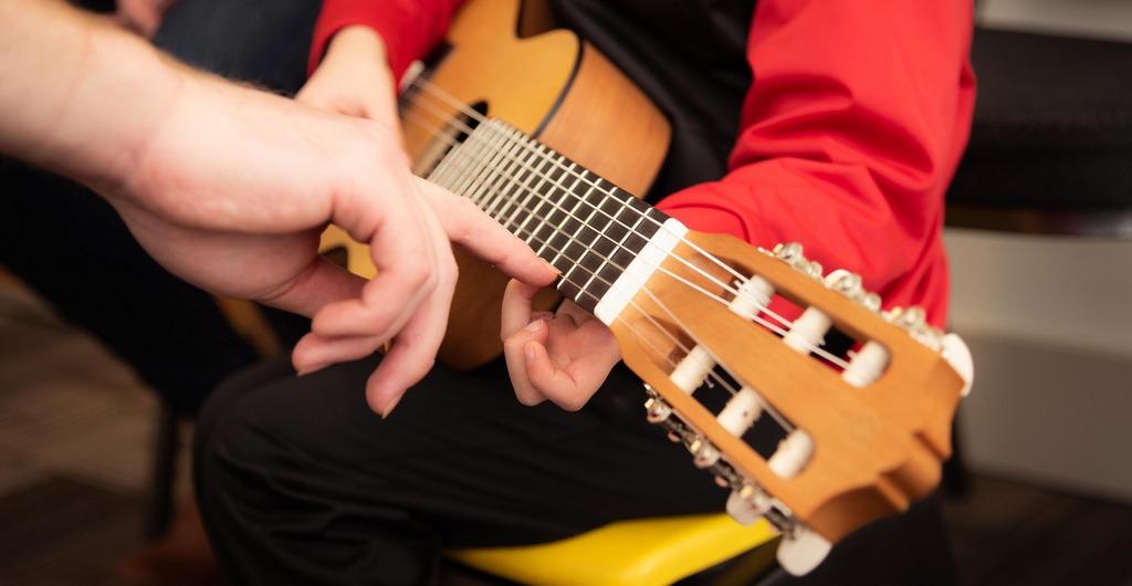 Musikangebot Kinder Jugendliche Prenzlauer Berg, Kind spielt Gitarre