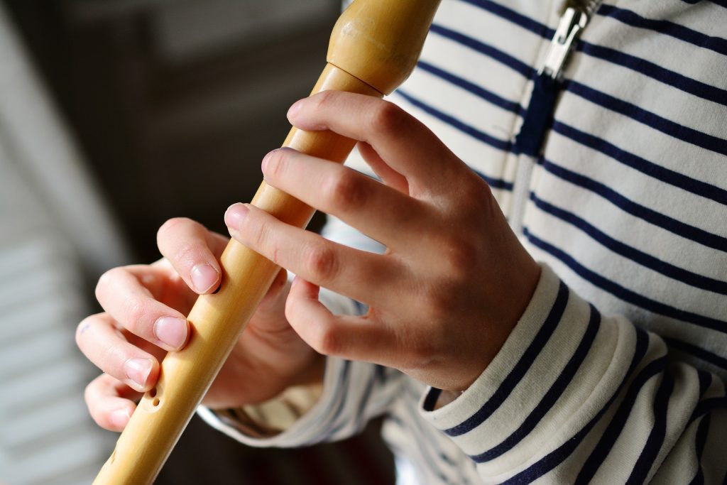Kind spielt Flöte Musikangebot Kinder
