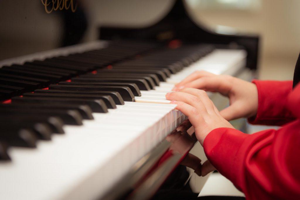 Musikangebote für Kinder, Kind spielt Klavier