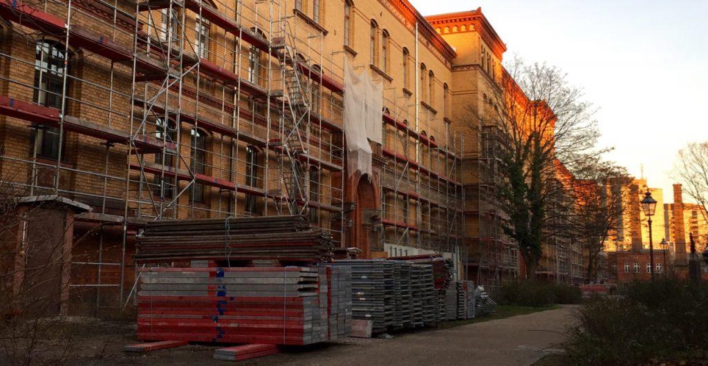 Gerüst auf dem Bezirksamtsgelände Fröbelstraße